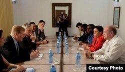 Una delegación del Consejo de Negocios Estados Unidos-Cuba es recibida en La Habana por el ministro de Comercio Rodrigo Malmierca.