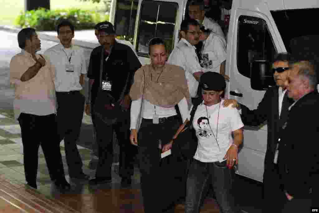 """La integrante holandesa de las Fuerzas Armadas Revolucionarias de Colombia (FARC), Tanja Nijmeijer (c), alias """"Eillen"""" o """"Alexandra"""" es vista a su llegada junto con Ricardo Téllez (d), alias """"Rodrigo Granda"""" y Seuxis Paucias Hernández Solarte."""
