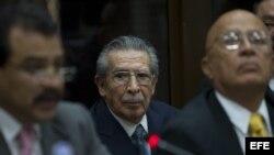 El abogado Danilo Rodríguez (d), que encabeza la defensa del exmilitar golpista José Efraín Rios Montt (c), asiste a una audiencia judicial el 21 de enero de 2013, en Ciudad de Guatemala