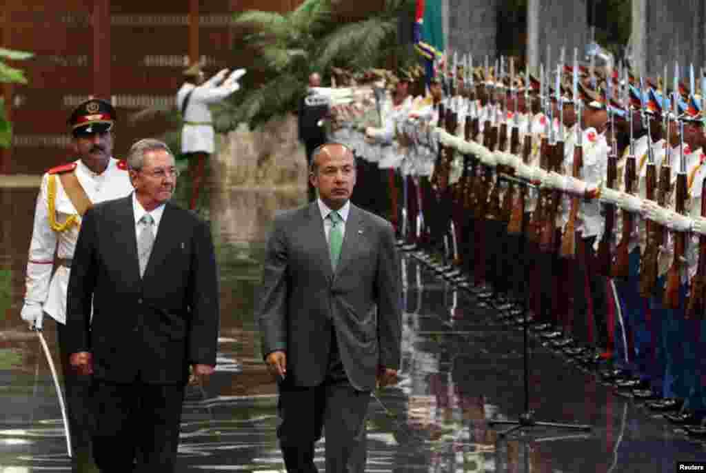 Calderón, quien cumple una visita de menos de 24 horas a la isla, fue recibido con honores militares en el Palacio de la Revolución de La Habana, al final de la tarde.