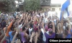 Colombianos y migrantes cubanos protestan en Turbo contra las anunciadas deportaciones de estos últimos.