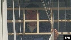 El senador opositor boliviano Roger Pinto se asoma el 27 de mayo de 2013, a la ventana de una habitación de la embajada de Brasil en La Paz (Bolivia).