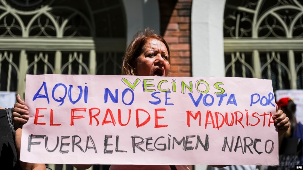 Una mujer se manifiesta en rechazo a la Asamblea Constituyente. EFE. Archivo.