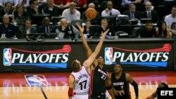 Jonas Valanciunas (17) en acción ante Hassan Whiteside (c) de Miami Heat.