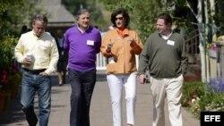 (De izquierda a derecha) El vicepresidente de Activision Blizzard, Brian Kelly, el presidente del consejo de administración de Vivendi, Jean-Rene Fourtou, la vicepresidente ejecutiva y director general de Allen & Company, y el director ejecutivo, presiden