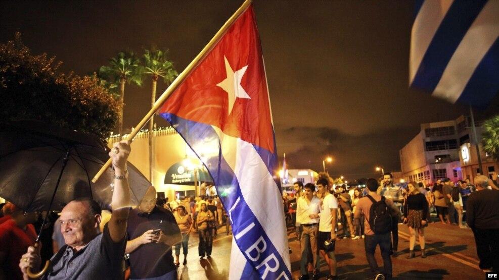 Exiliados cubanos celebran en las calles de Miami la muerte de Fidel Castro.