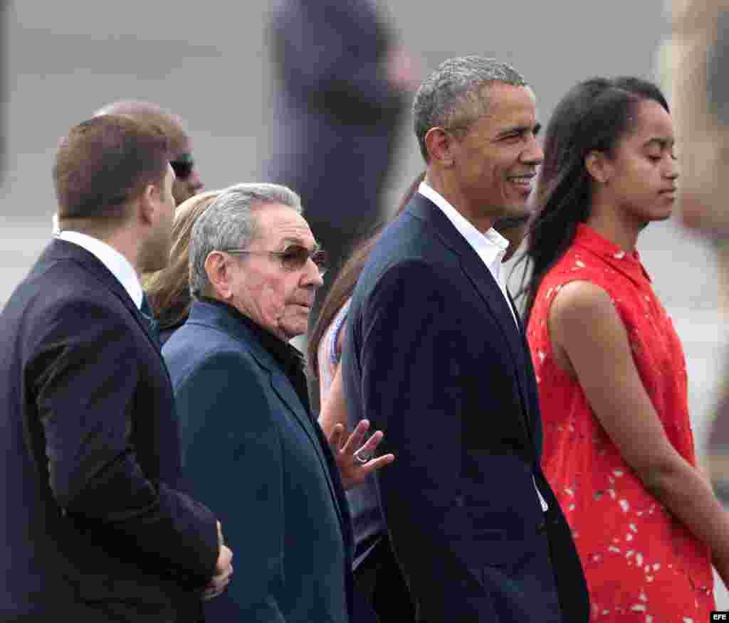 Raúl Castro despide a el presidente de Estados Unidos, Barack Obama y su familia.