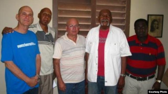 De izquierda a derecha, René Gómez Manzano, Guillermo Fariñas Hernández, Félix Navarro Rodríguez, Félix Antonio Bonne Carcassés e Iván Hernández Carrillo.