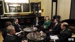 La secretaria de estado estadounidense, Hillary Clinton (3ºdcha), reunida con el secretario general de Naciones Unidas (ONU), Ban Ki-moon (arriba izda), en el Hotel Rey David en Jerusalén (Israel).
