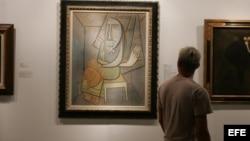 Un hombre observa una obra del artista cubano Wilfredo Lam durante la octava edición de la feria Arteamericas en Miami.
