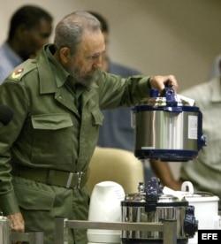 Fidel Castro sostiene una olla de presión eléctrica durante una intervención televisiva en el 2005.