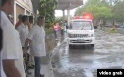 """Una ambulncia con heridos en el accidente llega al hospital """"Abel Santamaría""""."""