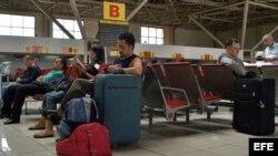 Turistas esperan vuelos en el aeropuerto José Mart.