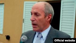 Ministro Mario González: Cubanos cubrirían déficit de médicos.