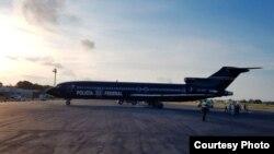 En este avión de la Policía Federal Preventiva, 26 emigrantes cubanos que estaban detenidos en Chetumal fueron deportados a Cuba.