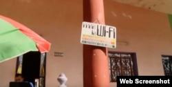 Un cartel improvisado anuncia la existencia de servicio de WiFi.