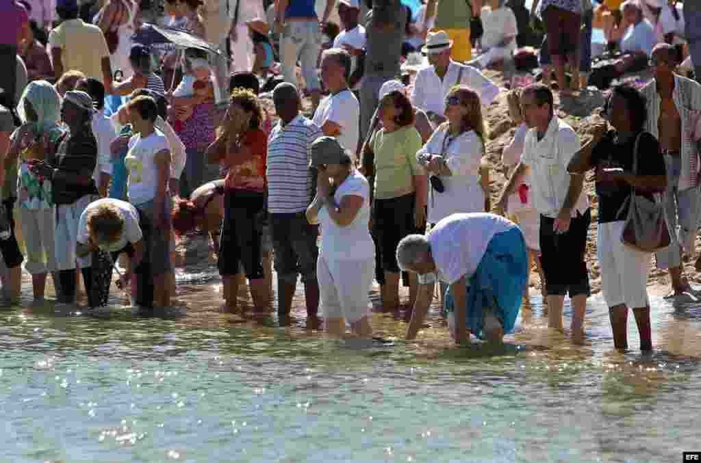 """Entre los asistentes a la ceremonia se encontraban algunos miembros de un """"grupo maya"""" iniciado en Cuba en 2004, cuyos integrantes esperan reunirse el próximo 21 y 22 de diciembre en un punto de la bahía de La Habana para recibir el cambio de era."""