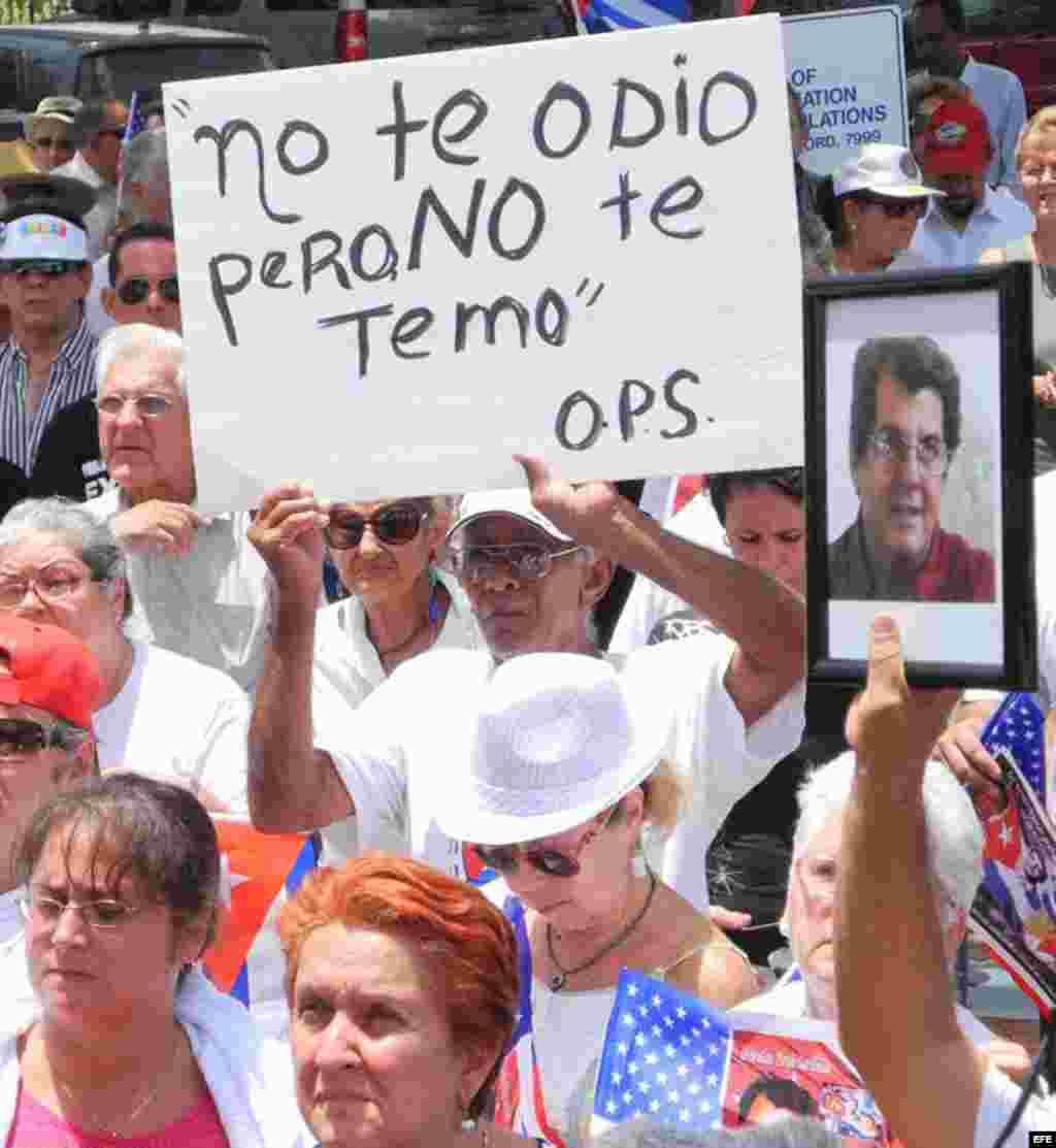 Decenas de personas participan hoy, domingo 29 de julio de 2012, en una manifestación hecha por varias agrupaciones de disidentes cubanos en Miami (EEUU). EFE/GASTÓN DE CÁRDENAS