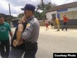 Arresto del pastor bautista Mario Félix Lleonert Barroso en Camajuaní, Villa Clara; domingo 20 de marzo de 2016.