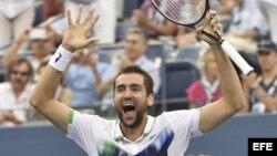 El tenista croata Marin Cilic disfruta su triunfo sobre el suizo Roger Federer.
