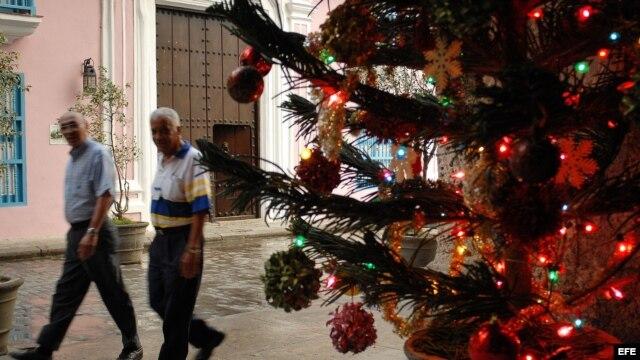 Algunas calles de La Habana han sido decoradas con motivos navideños.