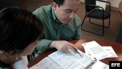 Una pareja rellena el formulario del Censo 2010 en Miami.