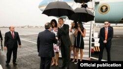 El presidente Obama es recibido en la pista del aeropuerto José Martí por el canciller de Cuba, Bruno Rodríguez (White House).