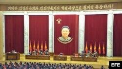 Imagen distribuida por la agencia oficial de noticias norcoreana KCNA hoy lunes 1 de abril de 2013, que muestra al líder norcoreano, Kim Jong-un (c), mientras asiste a una sesión plenaria del Comité Central del Partido único de los Trabajadores celebrado