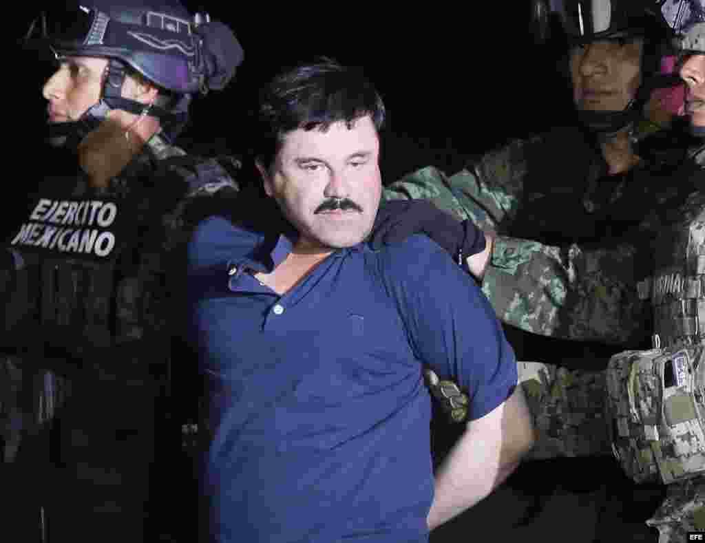 """El narcotraficante Joaquín """"El Chapo"""" Guzmán es conducido a un helicóptero de la Marina Armada de México tras su captura. EFE"""