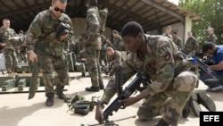 Soldados franceses preparando armamento en la base aérea de Bamako, Malí.