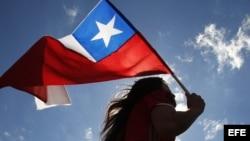 Una estudiante con una bandera chilena.