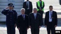 Raúl Castro (2 d), al llegar al Aeropuerto Internacional de Santiago de Chile, para participar en la primera Cumbre de la Comunidad de Estados Latinoamericanos y Caribeños (Celac) y la Unión Europea (UE).