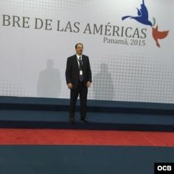 Alejandro Castro Espín en el podio de la foto oficial en la Cumbre de Panamá 2015