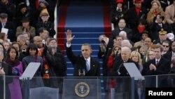 Barack Obama saluda a la multitud luego de pronunciar su discurso inaugural