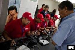 Revisión de tarjetas de crédito, verificación de pasajes comprados, control de huellas dactilares para detectar a los los pasajeros venezolanos que viajan para conseguir dólares baratos.