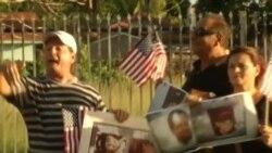 En medio de protestas, espía cubano presenta exposición de acuarelas