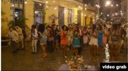 Los protagonistas de House of Lies se topan con una boda en La Habana Vieja y son invitados a quedarse (Showtime)