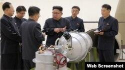Kim Jong Un examina la bomba de hidrógeno, mucho más potente que las bombas atómicas ordinarias que Corea del Norte ya ha probado.