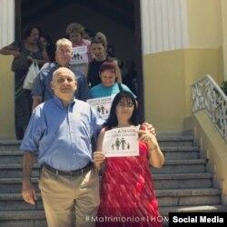 """Obispo metodista Ricardo Pareira, junto a fieles de sus iglesia por la campaña """"Estoy a favor del diseño original"""". (TOMADO DE FACEBOOK)."""