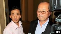 Dos funcionarios norcoreanos sin identificar salen del Ministerio de Seguridad de Panamá en Ciudad de Panamá donde , se reunieron con representantes con autoridades panameñas.