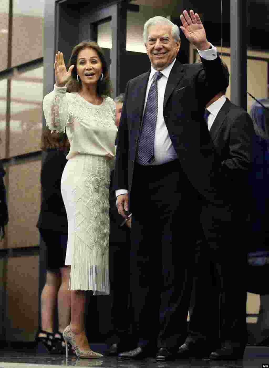 El escritor Mario Vargas Llosa y su pareja Isabel Preysler a su llegada a la cena con la que el escritor peruano y Premio Nobel de Literatura celebró su 80 cumpleaños.