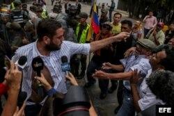 El diputado Juan Requesens (i) dirige una protesta en la sede del Tribunal Supremo de Justicia (TSJ) hoy, jueves 30 de marzo de 2017, en Caracas (Venezuela). Decenas de dirigentes opositores en Venezuela rechazaron hoy la sentencia que publicó el miércol