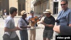 Grupos musicales volvieron a tocar en las calles para los turistas tras el sepelio de Fidel Castro.