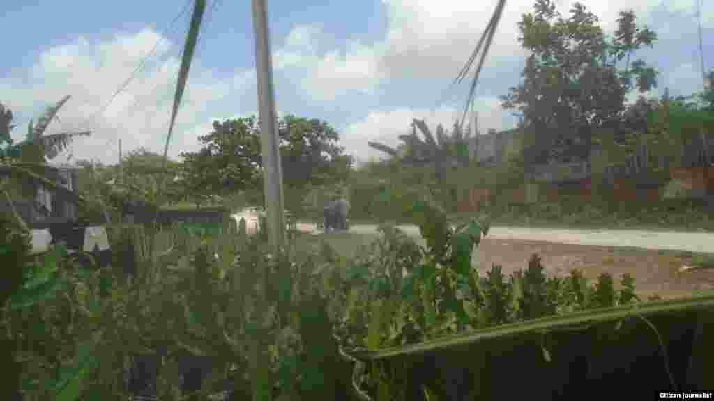 Vigilancia de los militares en el barrio Los Pinos, localidad de Antilla, en Holguín para impedir que activistas salieran de sus casas durante la misa del Papa en esa ciudad.