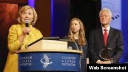 Hillary Clinton, junto a su esposo Bill y su hija Chelsea en la Fundación Clinton.