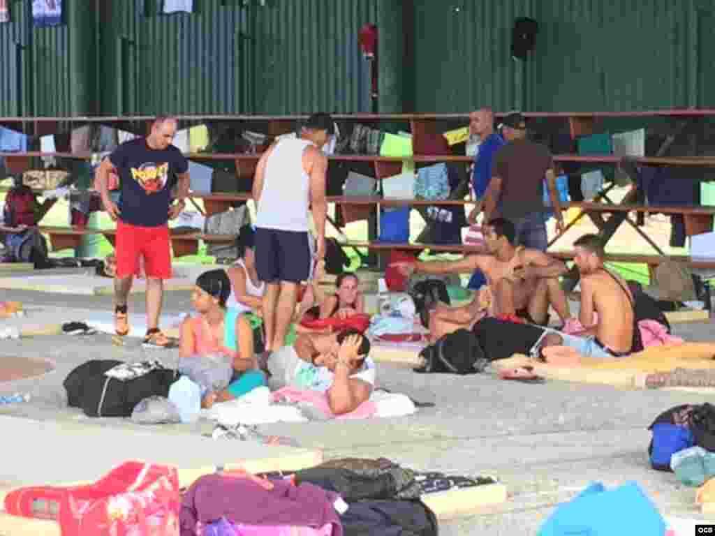 Albergue para los cubanos en una escuela del poblado de La Cruz, Costa Rica. Fotos: Claudio Castillo, Martí Noticias.