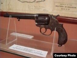 Revólver original Colt Frontier, Six Shooter, calibre 44 de seis balas, que fuera un regalo hecho a Martí por su amigo mexicano Manuel Mercado.