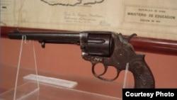 Revólver original Colt Frontier, Six Shooter, calibre 44 de seis balas, que fuera un regalo hecho a Martí; por su amigo mexicano Manuel Mercado. Aunque el poeta siempre portaba esta arma, no era la que sostenía en su mano al morir.