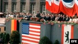 Fotografía de archivo del 26 de junio de 1963 que muestra el discurso del entonces preseidente de los Estados Unidos, John F. Kennedy, en el ayuntamiento de Berlin, Alemania. Con su histórica frase 'Ich bin ein Berliner' (Yo soy berlinés.
