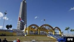 Obreros montan en La Habana el altar desde donde el Papa XVI oficiará una misa al aire libre.
